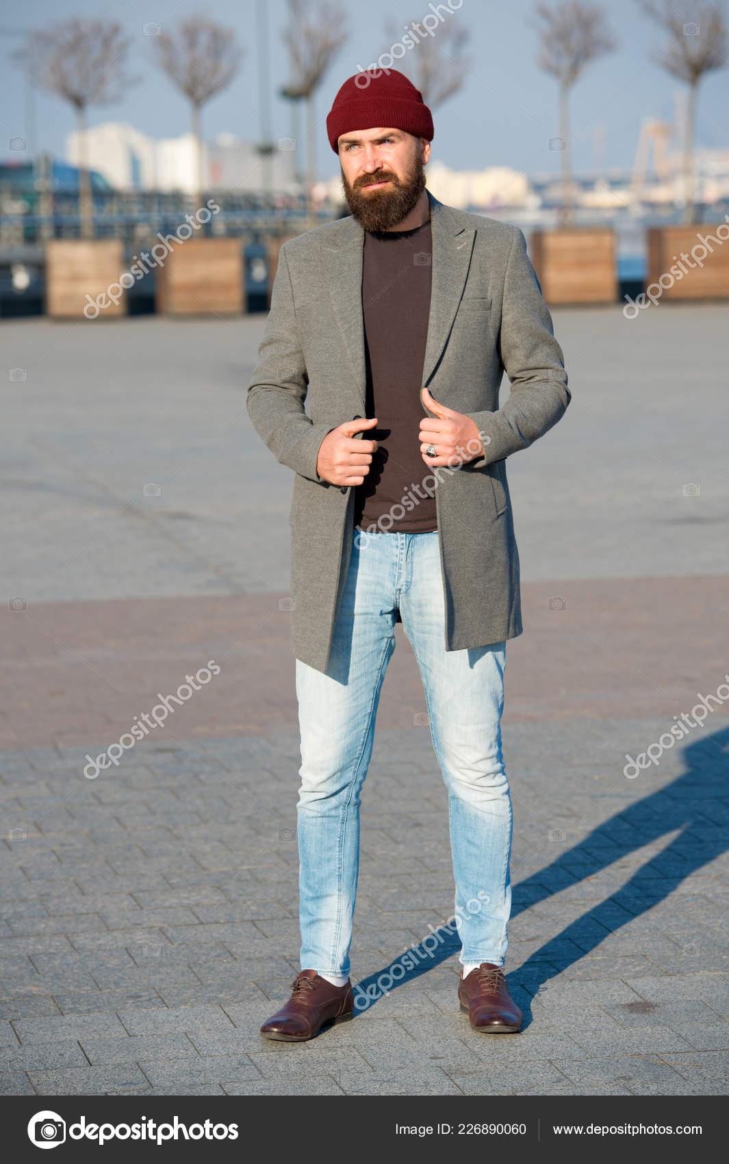 79ce9da652b Κομψά casual ντύσιμο για τη σεζόν φθινόπωρο και το χειμώνα. Ανδρικά  ενδύματα και έννοιας ανδρικής μόδας. Ο άνθρωπος γένια hipster κομψό  μοντέρνο παλτό και ...