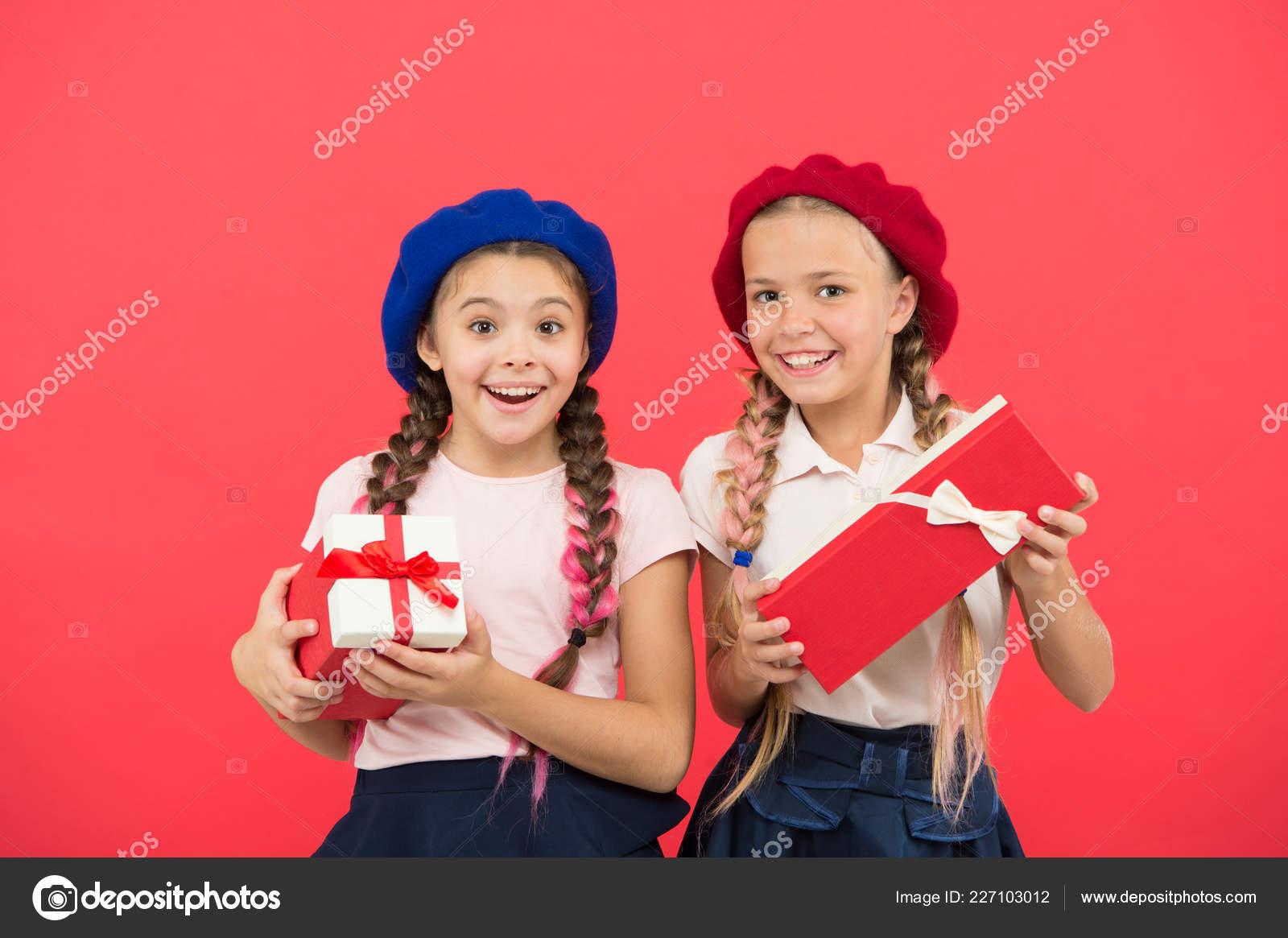 Wir lieben Weihnachten. Kleine süße Mädchen erhielt ...