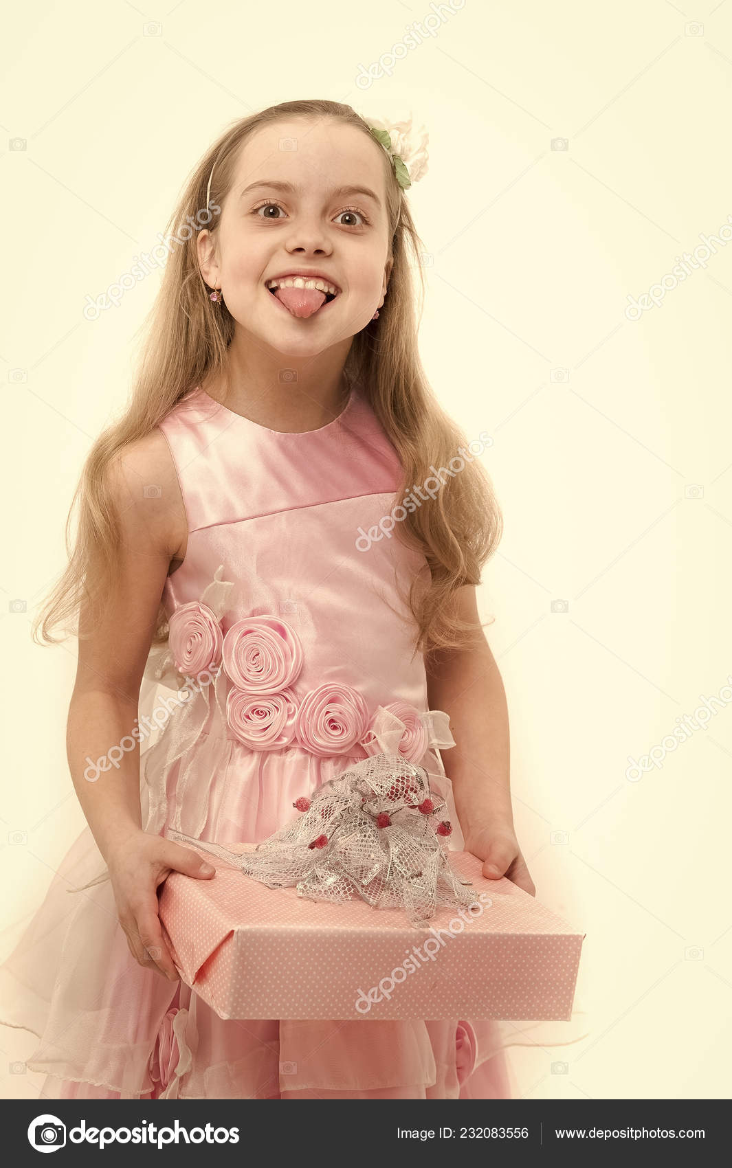 Bilder zu Zwei kleine Mädchen ragen Zungen gegenseitig necken Lizenzfreie Fotos Image 49811189.