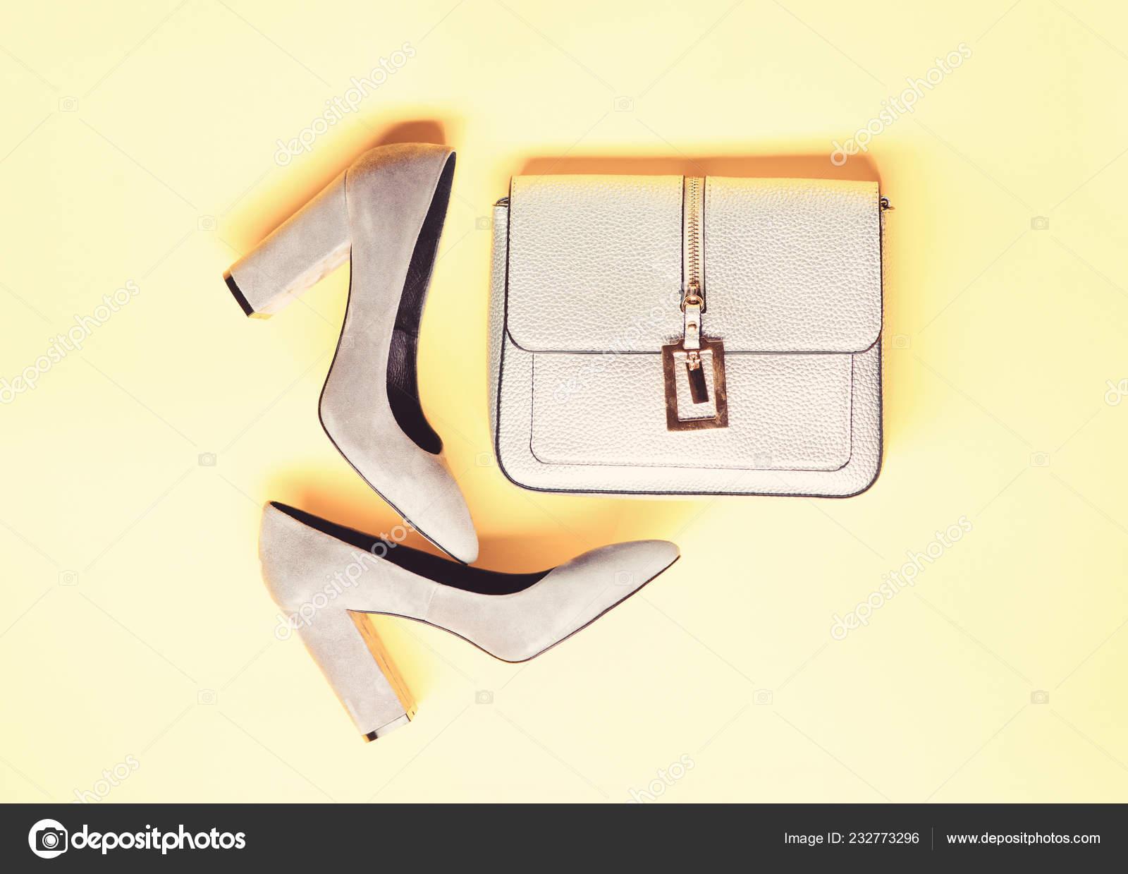 65d4b00163 Concepto de accesorios de moda. Par de zapatos de tacón alto moda y  monedero de plata. Zapatos de gamuza gris sobre fondo amarillo. Calzado  para mujer con ...