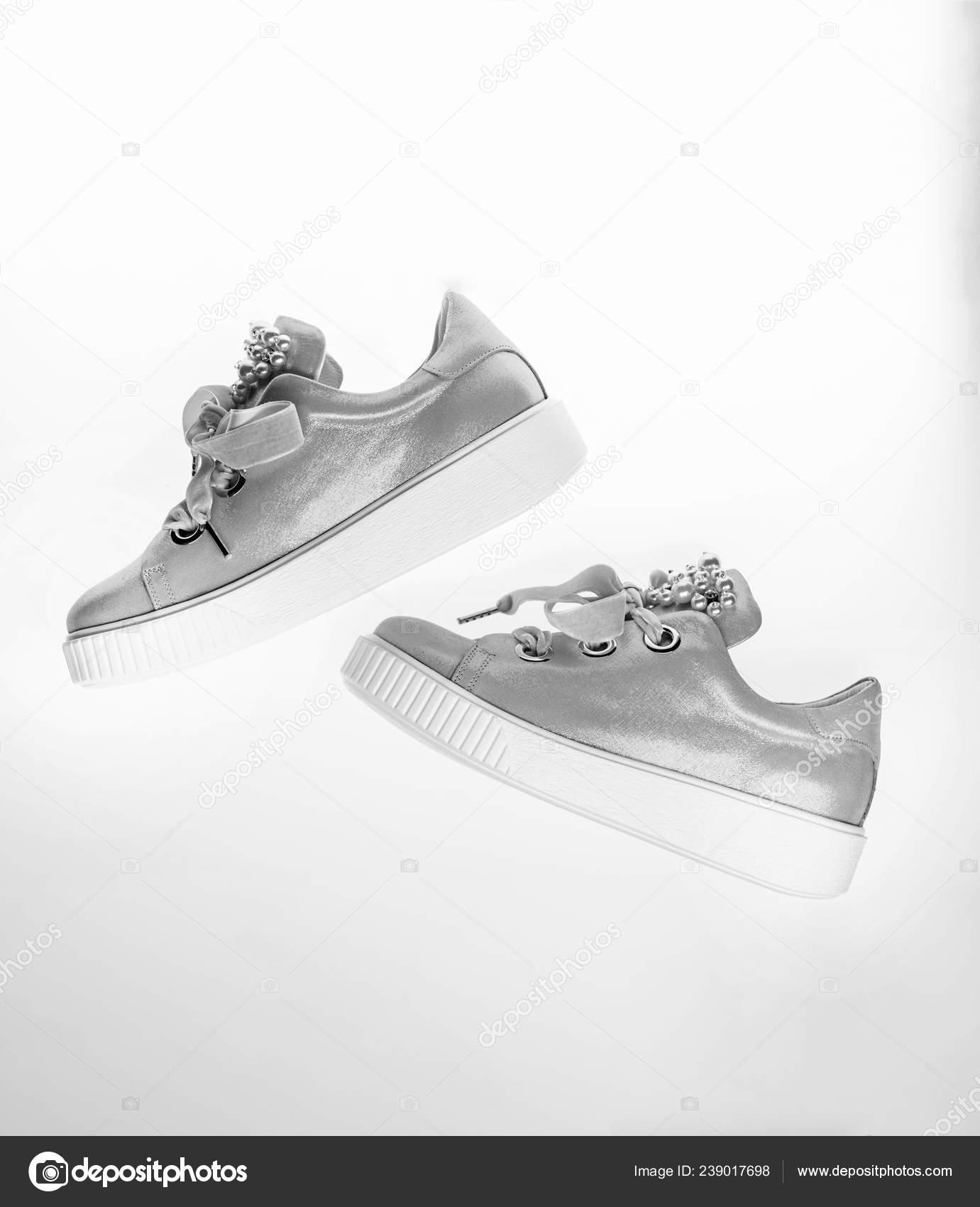 d8c31cc9714607 Schoenen voor meisjes en vrouwen versierd met parel kralen. Trendy  sneakers-concept. Leuke