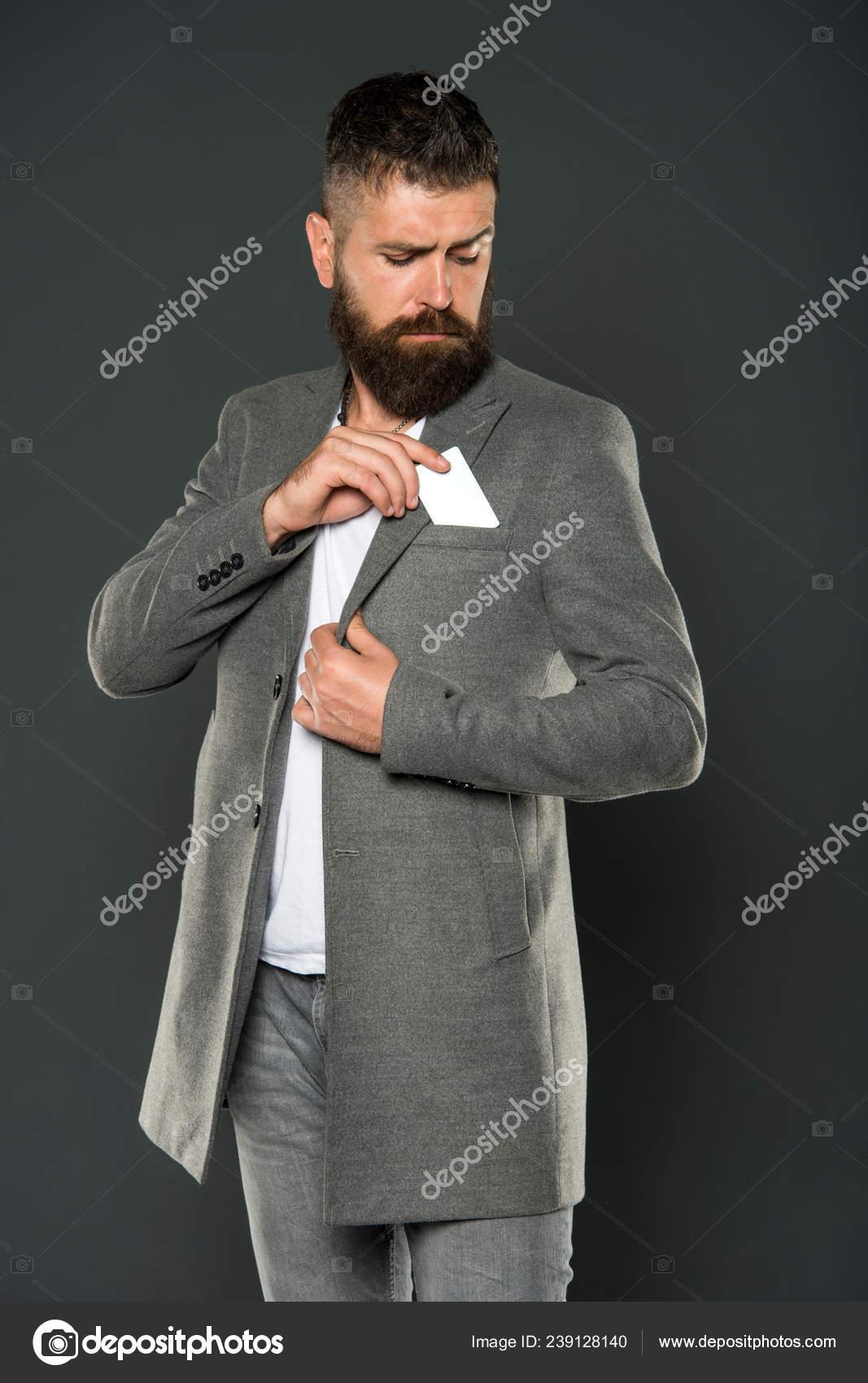 Homme d\u0027affaires avec carte de crédit. Brutal homme à la