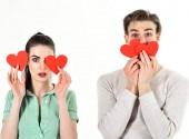 Romantický pár v lásce. Pohledný muž a krásná dívka v lásce. Koncept romantické pocity. Valentýn a lásku. Muž a žena pár v lásce držet červené srdce Valentýna karty na bílém pozadí
