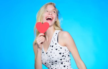 Seni her zaman seveceğim. Romantik tebrik. Sevgililer günü satış. Dekoratif kalpli kadın. Tarih. mavi arka plan üzerinde mutlu bir kadın. Aşk ve romantizm. Sevgililer günü partisi