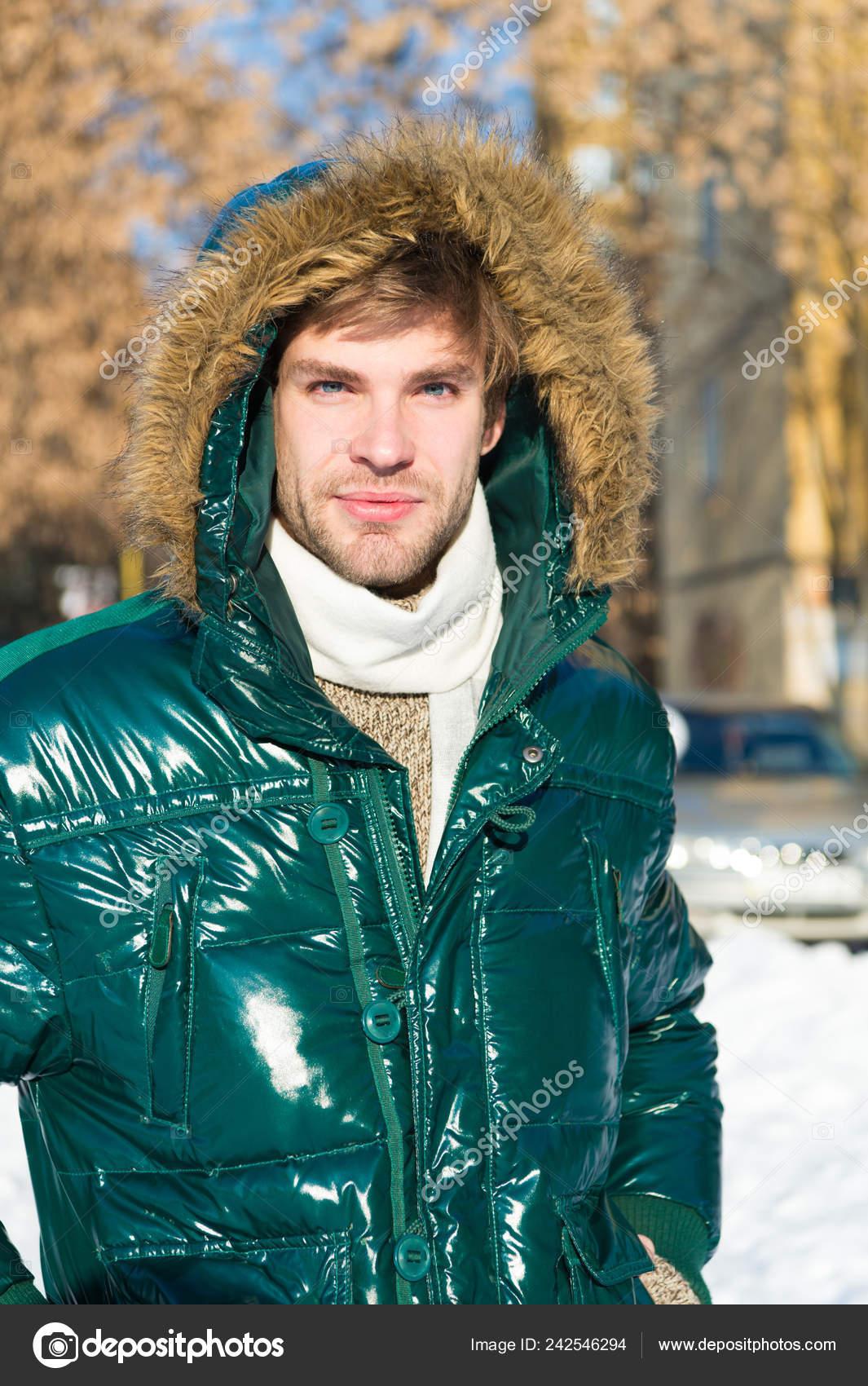 Warme Trendy Winterjas.Man Op Wintervakantie Vakantie En Reizen Man Het Is Koud Buiten