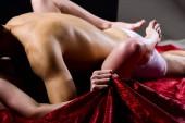 Gefühl der intensiven sexuellen Lust. Hand drücken Bettwäsche. Nackte Liebhaber leidenschaftlichen Sex. Frau umarmen Liebhaber durch Beine. Leidenschaftliche Paar haben Sex machen Liebe. Weiblicher Orgasmus. Sex- und Genusskonzept
