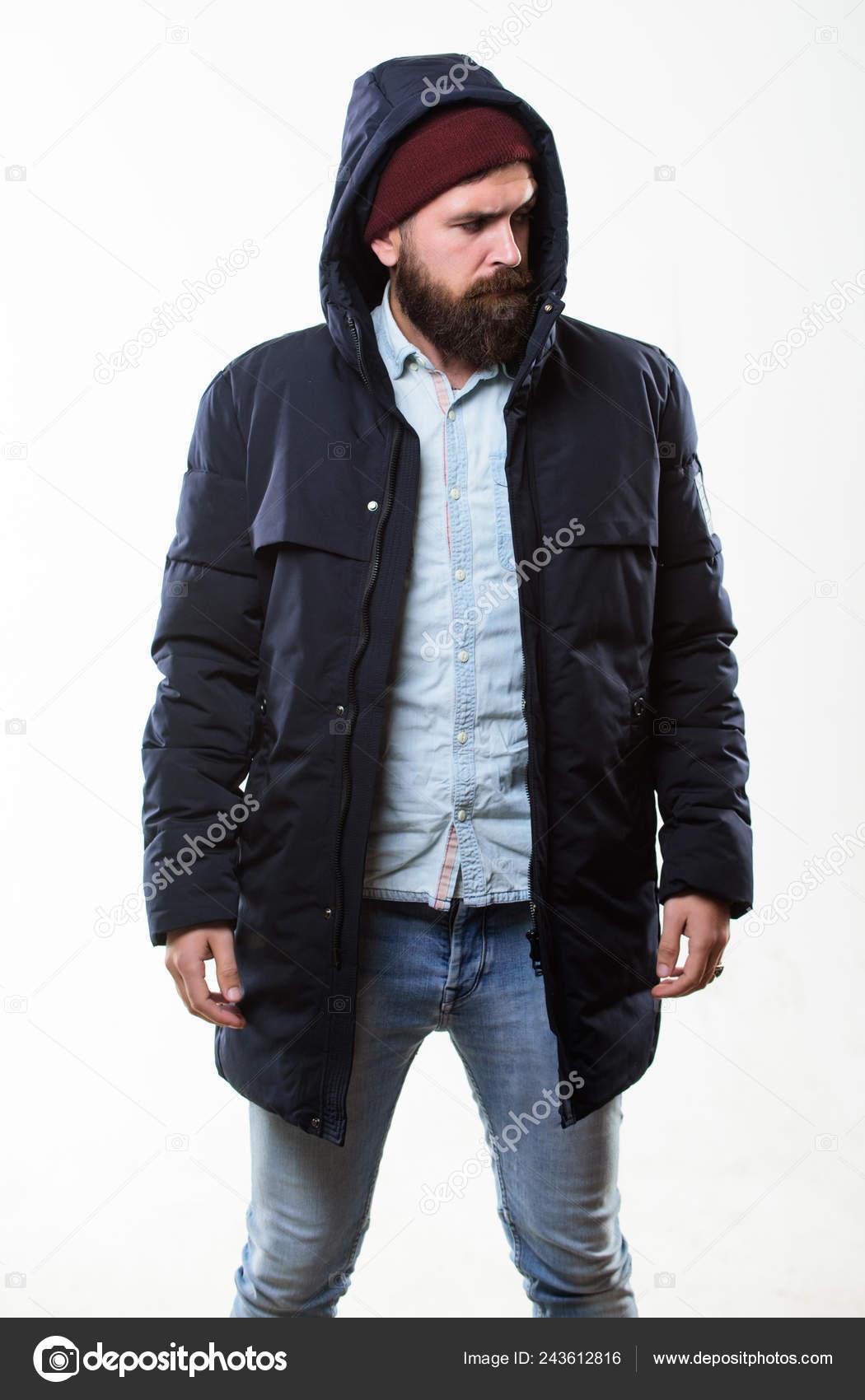7a23bb2de7 Vestito di hipster. Uomo barbuto hipster cavalletto parka giacca ...