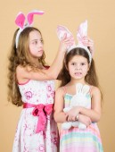 Hasenohren aufsetzen. Niedliche Kinder in Osterhasenmanier, die Herzen halten. fröhliche Kinder feiern Ostern. Kleine Kinder in Osterhasen-Stirnbändern. Kleine Kinder mit Osterhasenohren