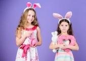 Wie Hase Kaninchen. Süße Kinder stilgerecht Ostern Hase Herzen halten. Kleine Kinder in Ostern Hase Stirnbänder. Meine lieben Kinder, Ostern Hasenohren tragen. Glückliche Kinder feiern Ostern