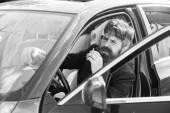 Fahrer raucht Zigarette. Minute zum Entspannen. Geschäftsmann müde nach harten Verhandlungen rauchendes Fahrzeug. Rauchverbote in privaten Fahrzeugen. Mann bärtiger Geschäftsmann raucht Zigarette, während er im Auto sitzt