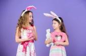 Adorable Bunny Girls. Meine lieben Kinder, Ostern Hasenohren tragen. Süße Kinder stilgerecht Ostern Hase Herzen halten. Kleine Kinder in Ostern Hase Stirnbänder. Glückliche Kinder feiern Ostern