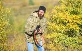 Betakarítás állatok általában korlátozott. A fickó vadászat természeti környezet. Vadász szakállas puska természet háttér. Vadászat hobbi koncepció. Vadászati idény. Tapasztalat és gyakorlat kölcsönöz a sikeres vadászat