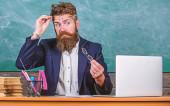 Měli byste zvolit správné brýle udržovat dobrý zrak. Učitel, vousatý s brýle péče o zdraví očí. Práce s laptop a knihy způsobuje problémy s očima a zrakem. Péče o oči a zdraví
