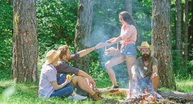 Arkadaşlar şenlik ateşinin yanında dinleniyorlar. Arkadaşlar piknik yapmayı sever. Yürüyüş pikniği için mükemmel bir plan. Ormanda güzel bir yürüyüş pikniği. Şirket arkadaşları ya da aile pikniği