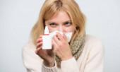 Odlehčoval svědivé nosy. Roztomilá ženská ošetřující nosní chlad nebo alergii. Nemocná žena stříkající léky do nosu. Léčba běžné studené nebo alergické rýmy. Nezdravá dívka s rozzáblým nosem, který používá nosní sprej