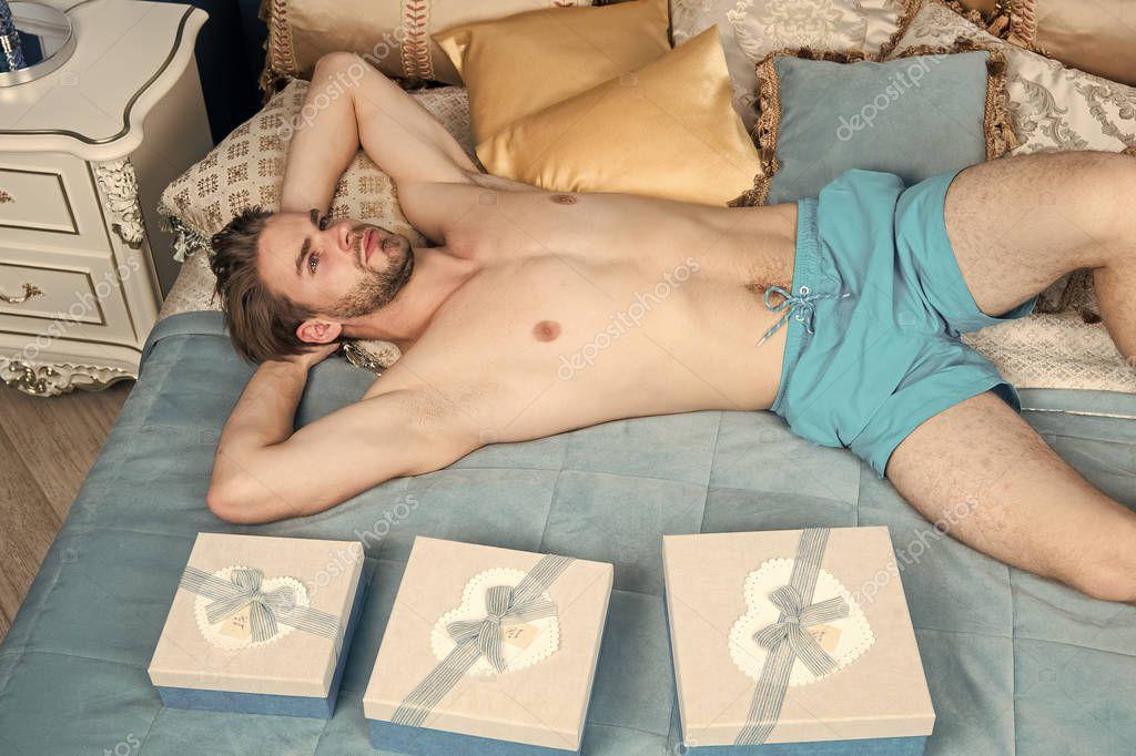 Три красотки делали парню сюрприз сексуальный