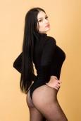 sexy Mädchen in Body und Strumpfhose. Frau mit sexy Körper. Verführung. Fitness und Ernährung. Unterwäsche-Mode. Schönheit mit langen brünetten Haaren. Wie gefällt Ihnen das?