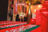 Glas Champagner aus nächster Nähe. Sektgläser. Glas gefüllt Sekt oder Champagner in der Nähe von Geschenkboxen. Jubel. Neues Jahr traditionelle Attribut. Frohes neues Jahr und frohe Weihnachten