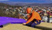 Dachdecker baut neues Dach. Bauen Dachfläche. Professionelle Meister Reparatur Dach. Flachdachinstallation. Bauen. Wasserdichte Plattenmaterialien. Höhenlage funktioniert. Wärmedämmung