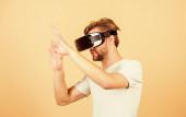 So echt. Digitale Zukunft und Innovation. Der Mensch bedient sich moderner Technik. Virtual-Reality-Brillen. Moderne Wirtschaft und Bildung. Arbeiten am Programmierprojekt. Mann trägt drahtlose VR-Brille