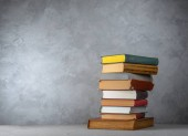 hromada knih na stole