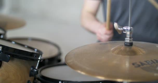 Muž hrající na buben s rozmazanýma rukama