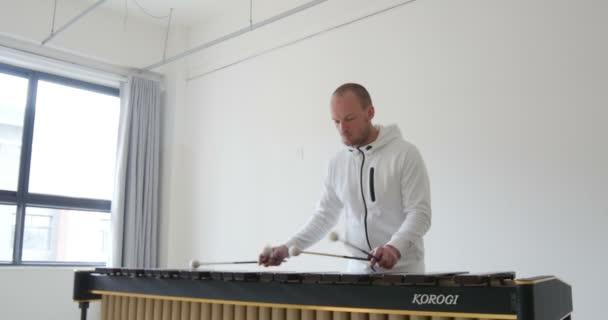 Jóképű zenész zenél egy üres design galériában Le Mans, Franciaország 1-1-19
