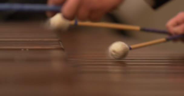 A hangszeren lejátszó xilofonpálcikák közelsége