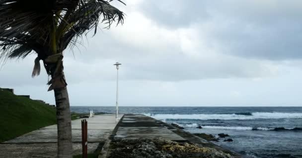 Sturm an der Küste mit Wind und Wolken, Folgen der globalen Erwärmung und des Klimawandels. Menschen zerstören Leben, Umwelt verschmutzt, diese Natur ist in Gefahr für die Umwelt.
