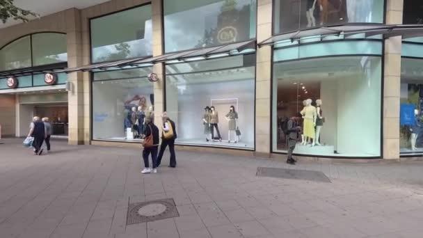 Handschuss für Nachrichten: Field Reporter Style: Ladengeschäft vor Brand CA in Mall, Deutschland, Hannover, Deutschland, 31.8.2020 ist eine berühmte Marke für Freizeitbekleidung für Männer und Frauen