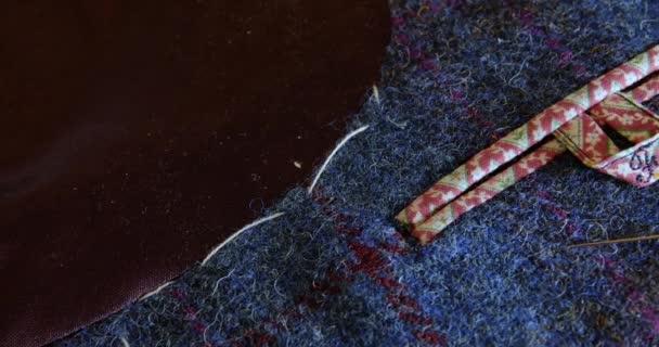 filmový fotoaparát pan na kapse obleku s písmenem F na krajce, fialové hedvábí lemování Zakázkový módní styl pro luxusní pánské oblečení. gentleman se stylem a třídou, tento oblek na míru je součástí krejčovství