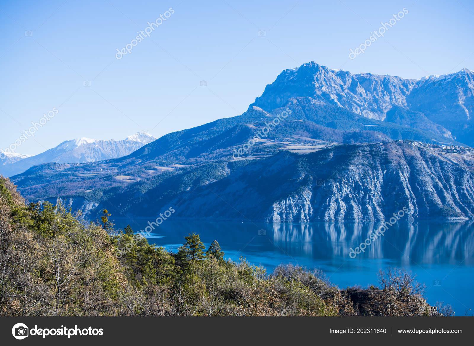 Lac Serre Poncon : View mountains lake lac serre poncon french alps clear day u2014 stock