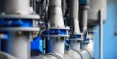 Fotografie Velkých průmyslových vod a kotelny. Potrubí, příruby, butterlfy ventily, rezavé a zkorodované šrouby