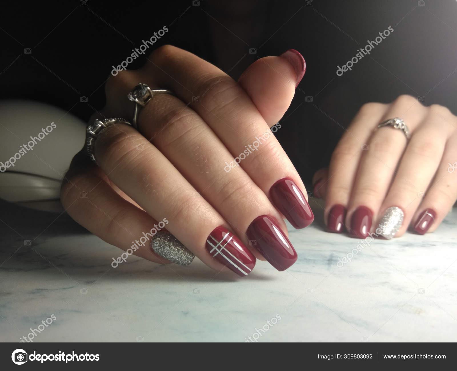 Manicura Brillante Borgoña Con Diseño Plateado Uñas