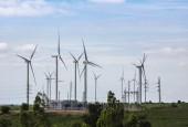 Hochspannungs-Umspannwerk mit Windrädern zur Stromerzeugung für erneuerbare Windenergie