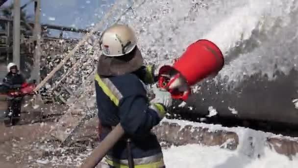 Hasák uhasí oheň v olejové skladovací zařízení s pěnou