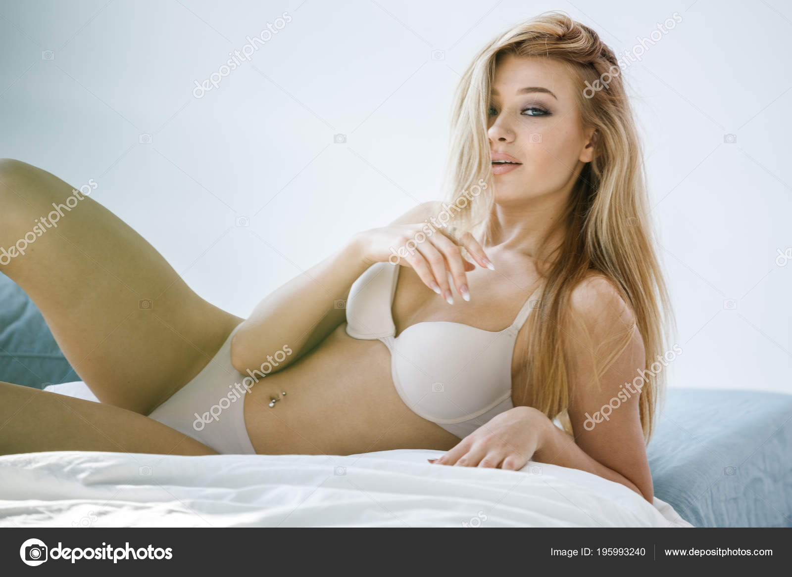 sexy Foto camaStock de rubia encantadora lencería estudio chica beige acostada mv80NnywO