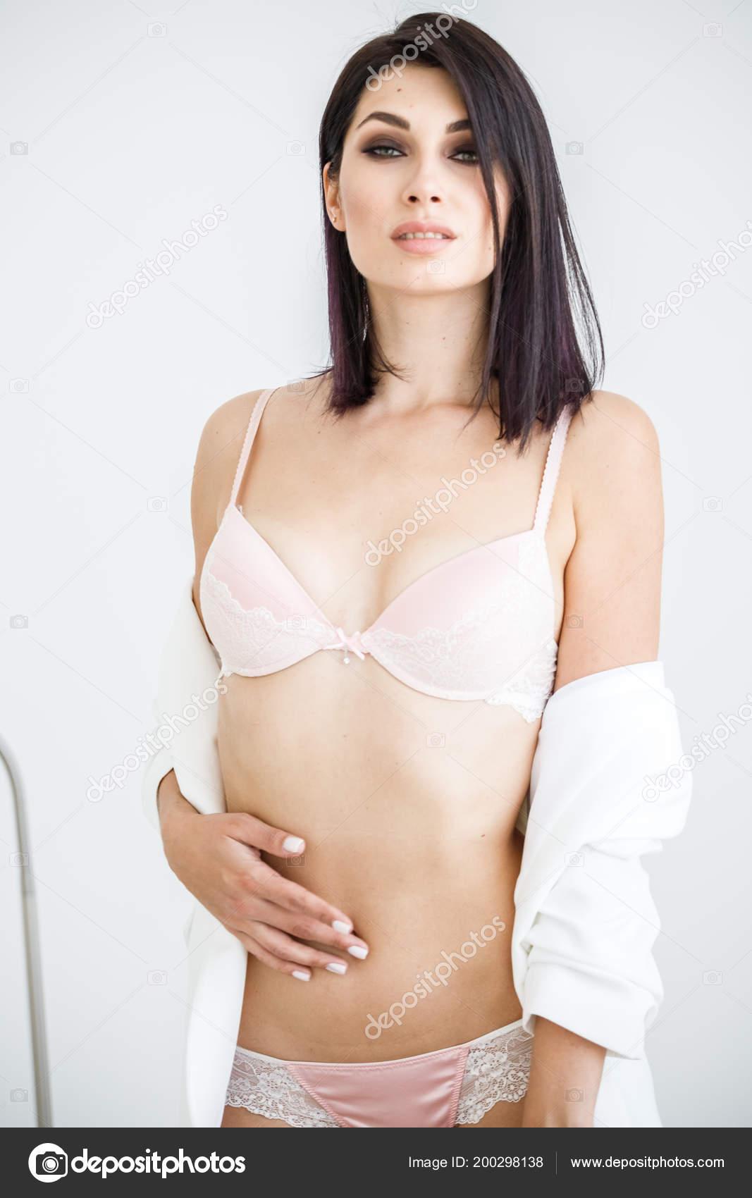 Retrato Estudio Hermosa Mujer Morena Vestida Con Chaqueta Blanca Pie