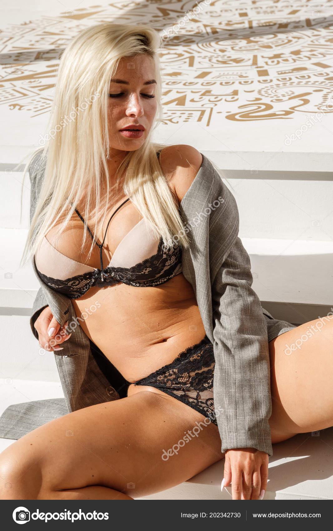 96bdf3342 Retrato da moda da mulher de beleza loira vestindo casaco cinzento e  lingerie sexual