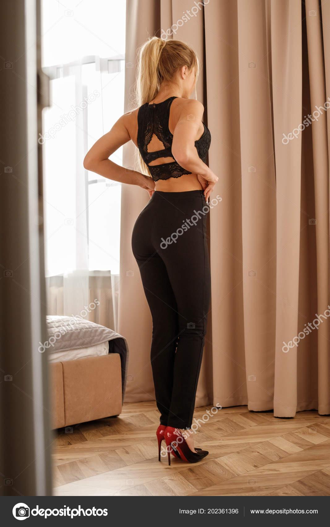 33ab2cacbe36fc Schöne Blonde Mädchen Schwarzen Legere Kleidung Hellen Innenraum ...