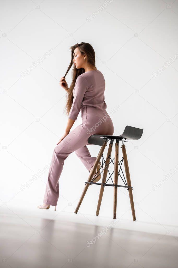 для женщины и мужчины сидящие на деревяшке подвешенной рад