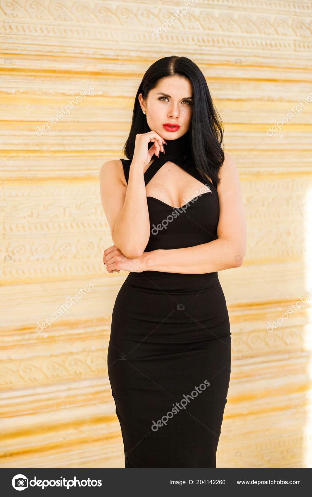 Красавица сняла платье