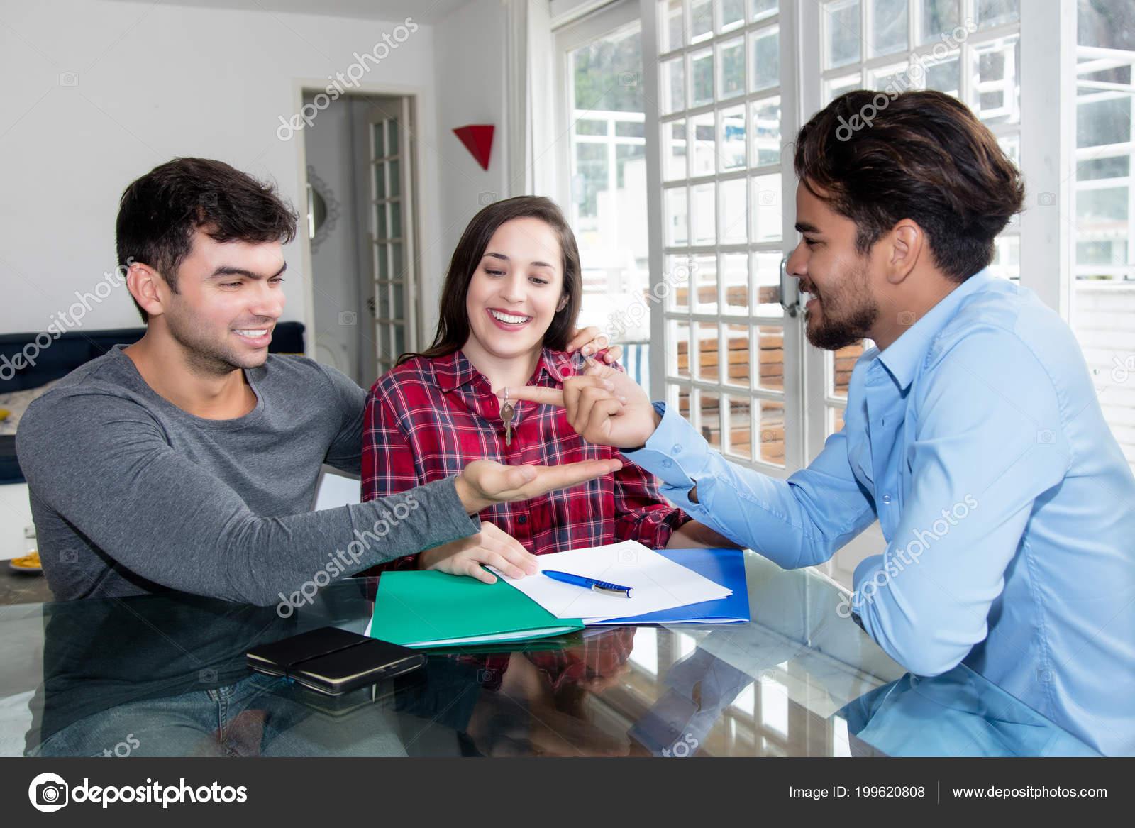 Kaukasische Jugendliebe Paar Empfangenden Schlüssel Für Neues Haus ...