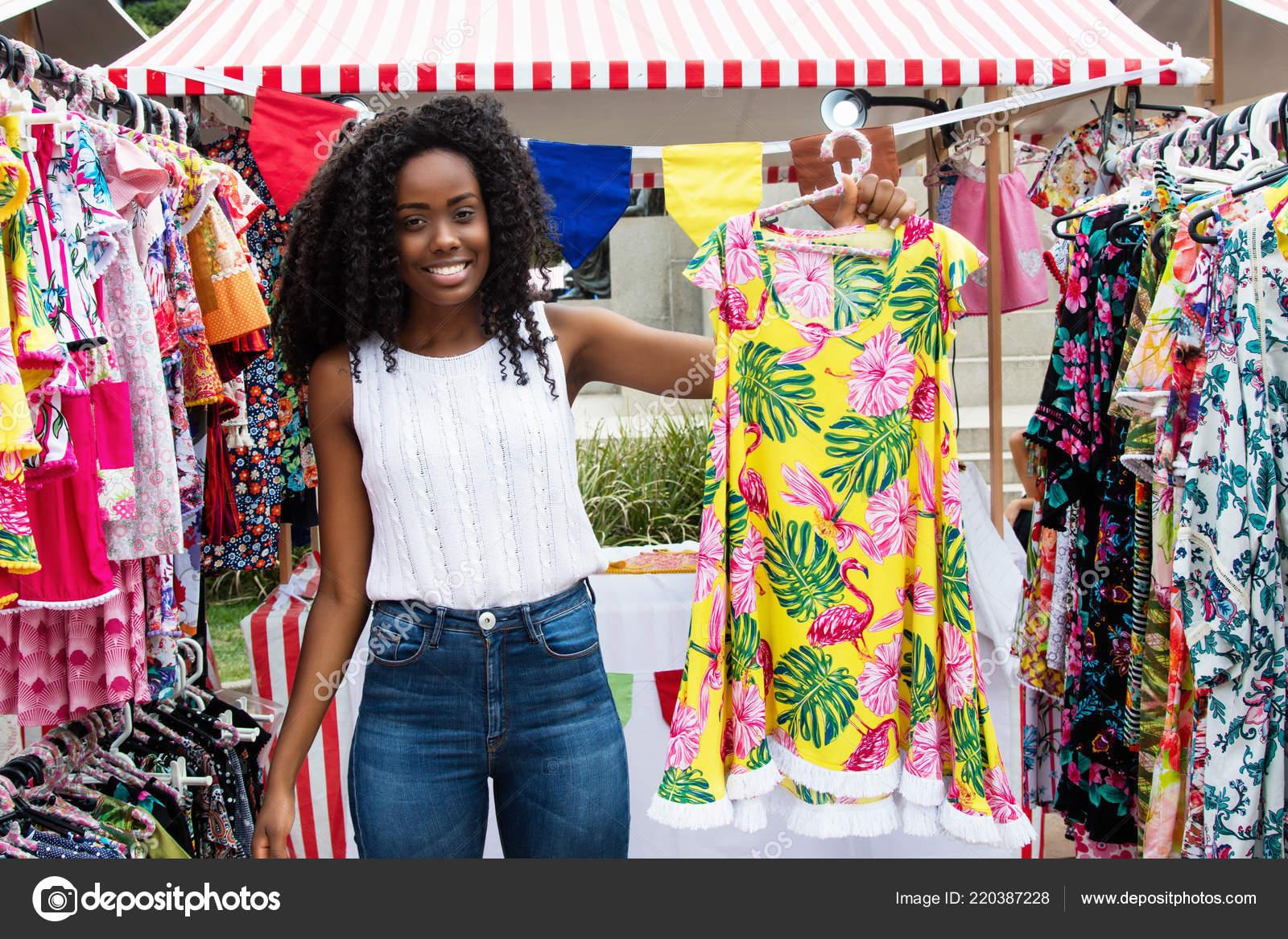 detailed look b356c 38144 Schöne Afrikanische Amerikanische Frau Die Kleidung Kunden ...
