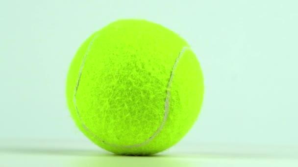 rotující tenisový míček, detailní záběr, zpomalený 4k video