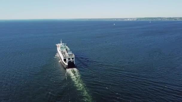 Tallinn, Estonsko- 14. června 2020: nákladní loď Tallink opouští Tallinnský přístav. Nákladní společnosti v regionu Baltského moře, záběry z bezpilotních letounů.