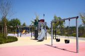 Mailand, Italien, 08.04.2019: Kinderspielplätze in den riesigen Parks mit Blumen im atemberaubenden, schönen und neuen Uptown Mailand. es ist der erste intelligente bezirk von Mailand
