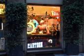 Milan, Itálie, 08.04.2019: Storefront, vstup a ukázky vinobraní a moderního antikvariátu Il Cirmolo v umělecké čtvrti Brera, která je romantickou, uměleckou čtvrtí