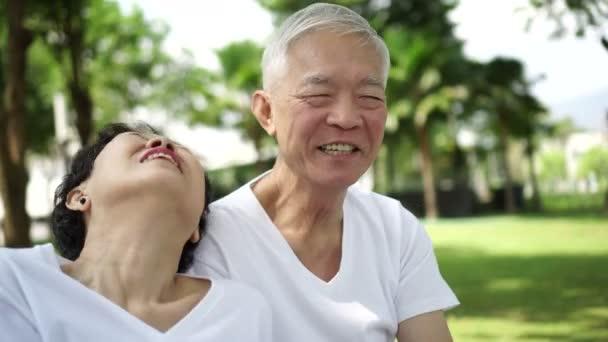 Asijské starší pár řečí, smích si park přírody zelené pozadí 4k