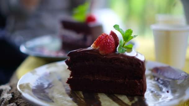 Čokoládové dorty s třešňová v kavárně se zaměřují na popředí 4k